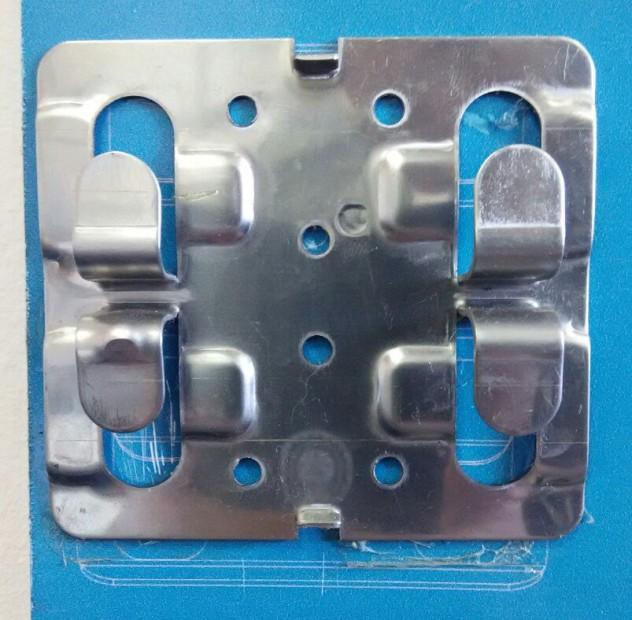 Специальный кляммер, который держит плитку керамогранита