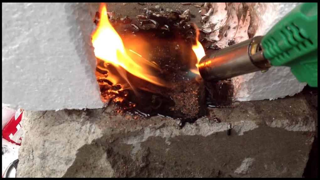 Горение пенополистирола при воздействии открытого пламени