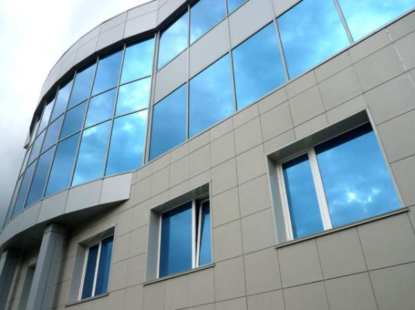 здание облицованное керамогранитными плитами 600*600