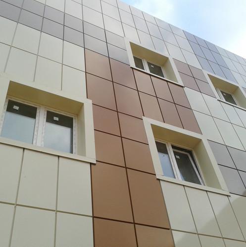 применение метало-кассет из оцинкованной стали на фасаде