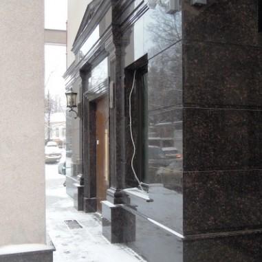 Гранит на фасаде здания вентилируемого фасада