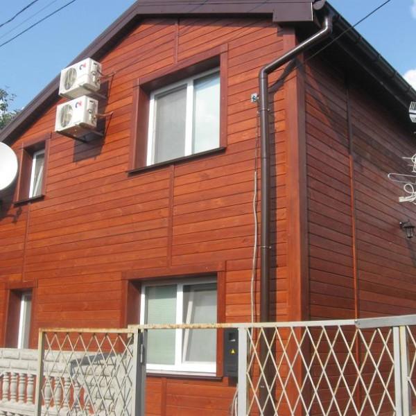 Обработанная имитация бруса на фасаде жилого дома