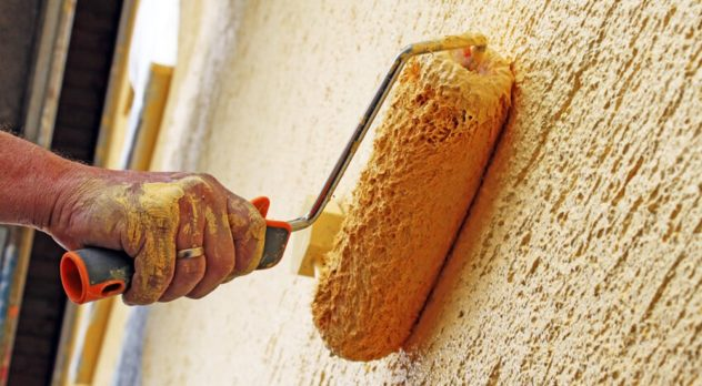 Нанесение декоративного слоя на стену отделанную по технологии мокрого фасада