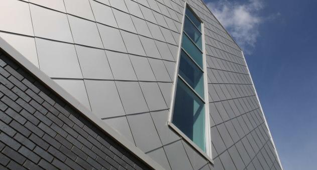фасад здания облицован фасадными металлокассетами