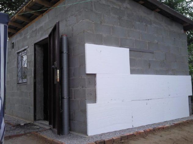 установка плит пенопласта на наружные стены дома