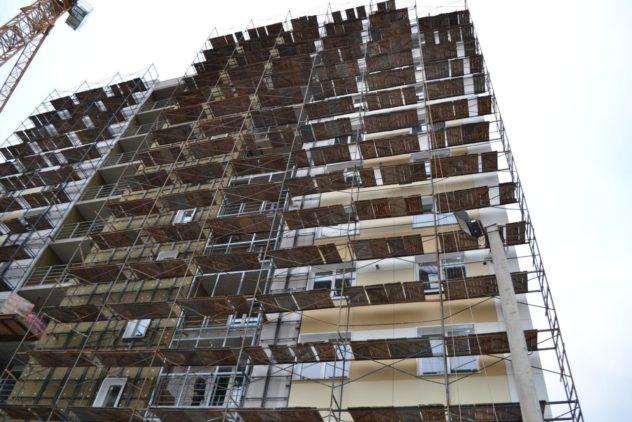 Монтаж утеплителя мокрой технологией на панельный дом