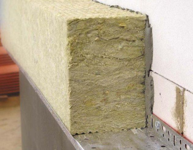 минеральная вата закреплена к стене специальным клеевым составом