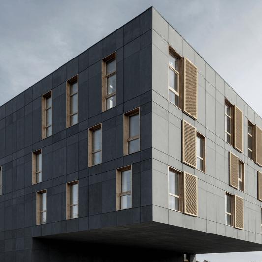 Отделка офисного здания фиброцементными панелями