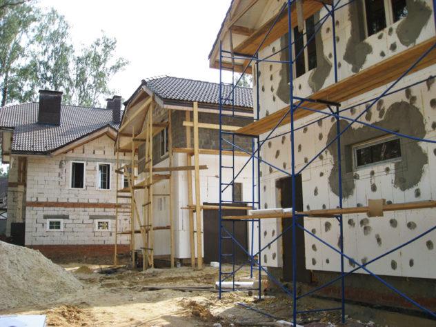 Применение лесов при отделке частного дома с использованием пенопласта