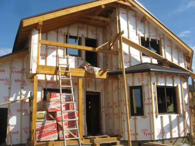 частный дом обшит утеплителем и гидроизоляцией поверх установлена деревянная обрешетка