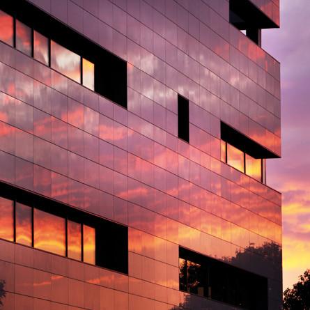 Офисное здание отделанное технологией вентилируемого фасада