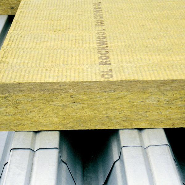 кусок минеральной ваты для монтажа в системе вентилируемого фасада