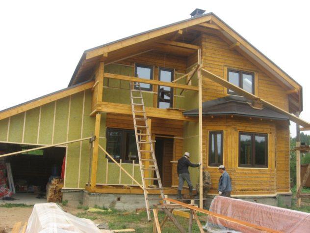 Обрешетка на деревянном доме с плитами минваты в качестве утеплителя