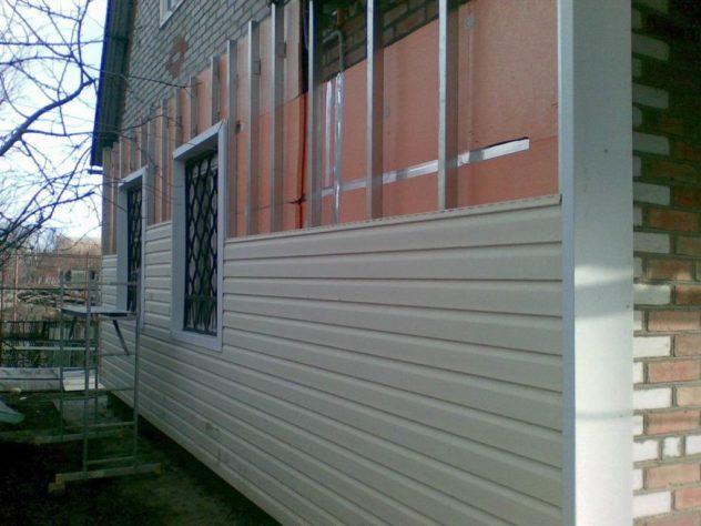 отделка кирпичного дома вентилируемым фасадом с облицовкой сайдингом
