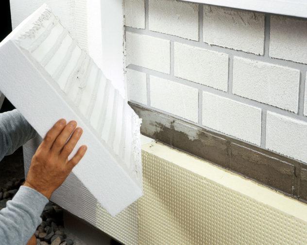 Монтаж пенополистирола на фасад здания при помощи клея