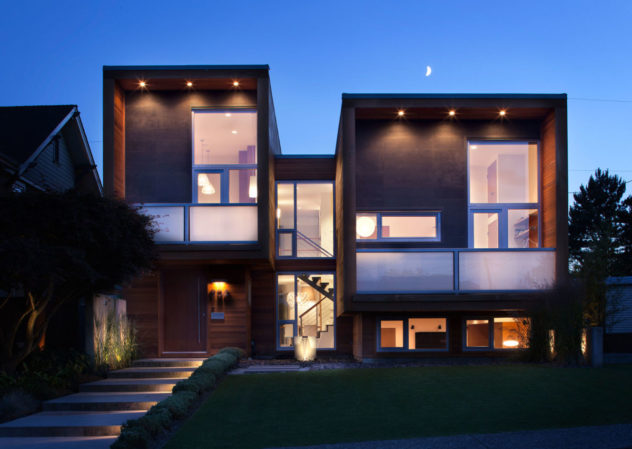 Загородный дом отделанный современными материалами с комбинирование дерева и пластика