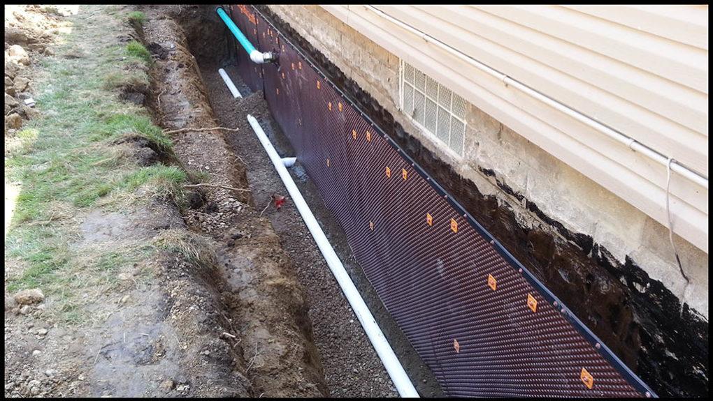 нанесение специального состава для гидроизоляции фундамента