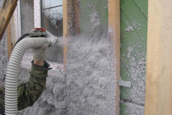 Нанесение пенного утеплителя имеет свои плюсы, такие как заполнение всех щелей фасада