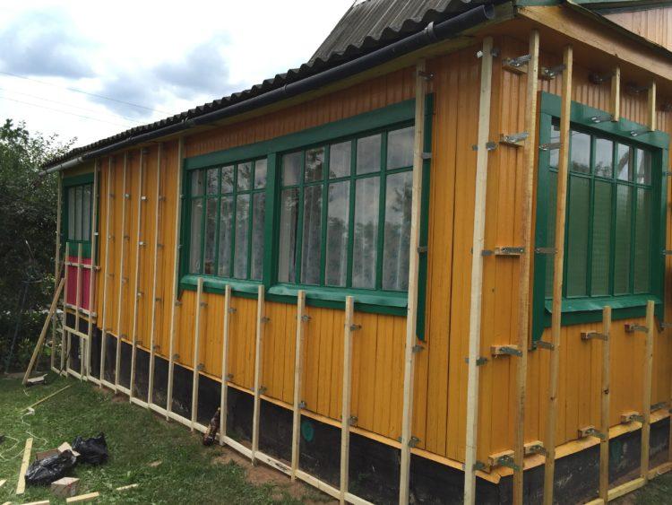 Установка деревянных брусьев для сооружения обрешетки под сайдинг