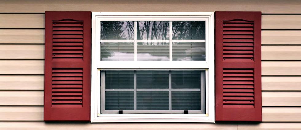 Вариант отделки окна сайдингом снаружи