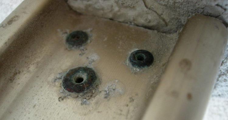 коррозия вызванная гальваническим соединением металлического кронштейна и алюминиевого крепежа
