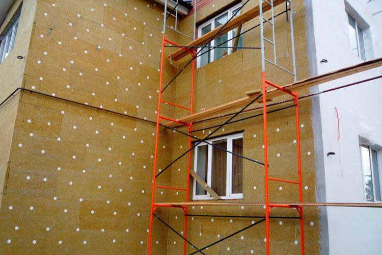 Подготовленная поверхность стен перед установкой каркаса