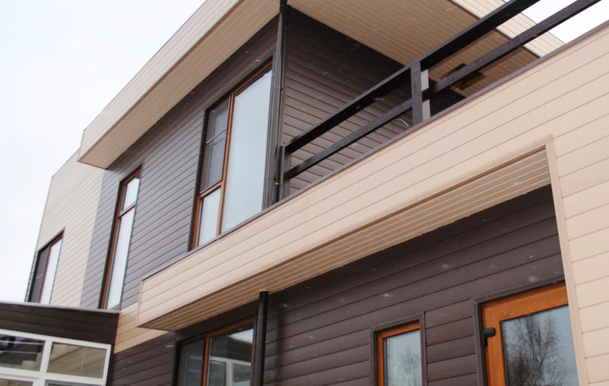 Дизайн обшивки дома сайдингом в два цвета 33