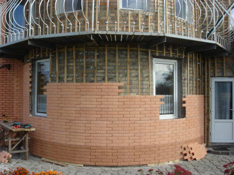 Применение фасадных панелей на комбинированной обрешетке из дерева и металла