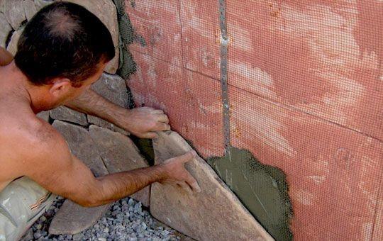 Установка натурального камня на клеевой раствор и монтажную сетку