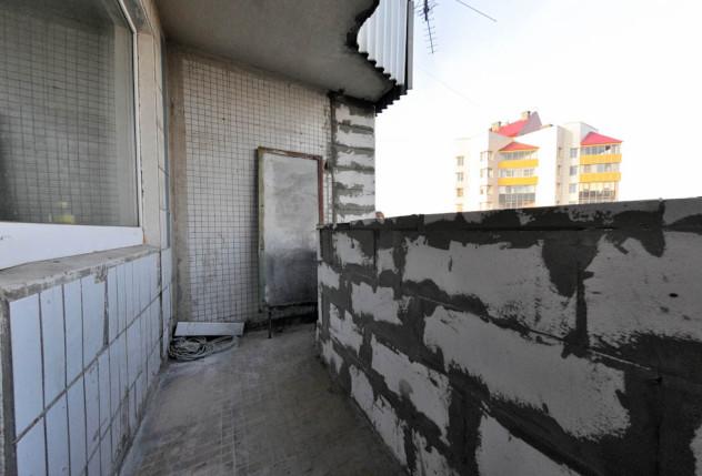 установка пеноблоков для организации парапета балкона