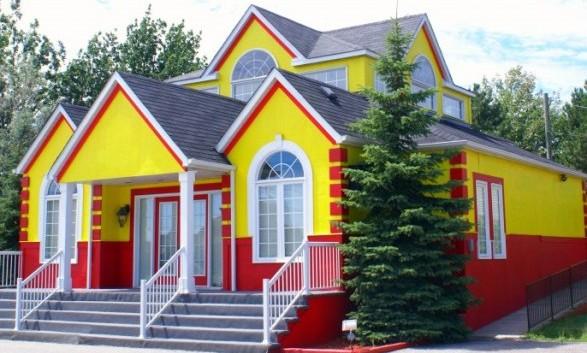 Дом окрашенный фасадной краской для наружных работ