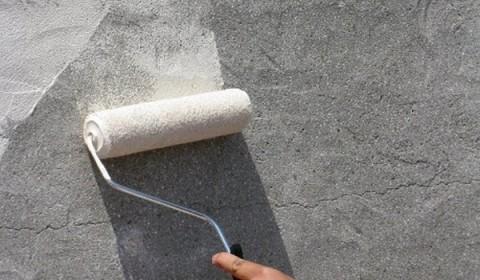 нанесение грунтовки на обрабатываемую поверхность
