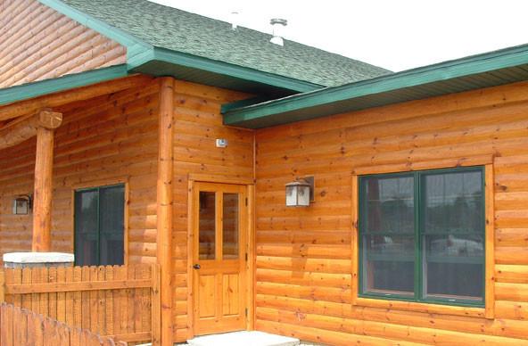 Деревянный блок хаус на фасаде