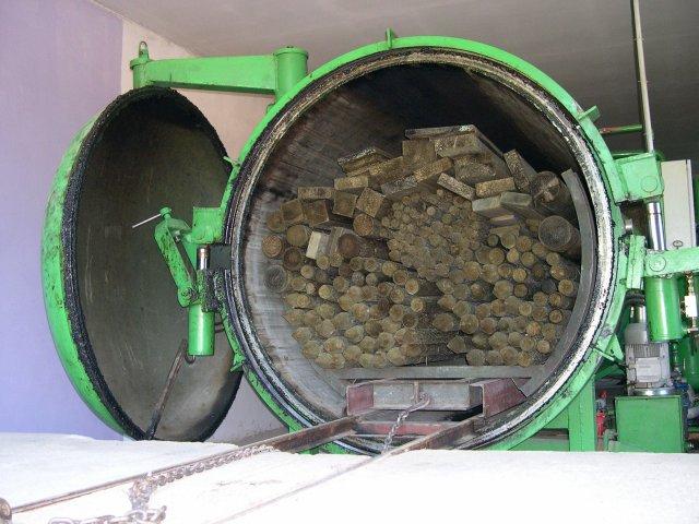 Древесина помещается в автоклав для спец обработки