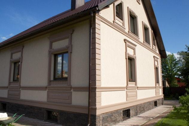 Мокрый фасад дома в сочетании с натуральным камнем