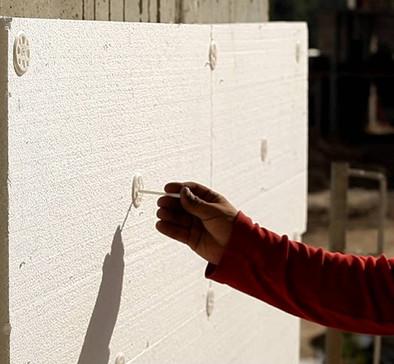 Закрепление утеплителя на стене тарельчатым дюбелем