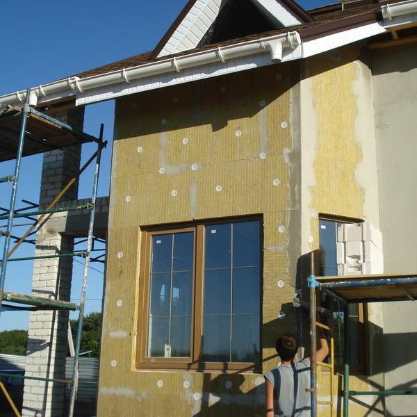 Мокрый способ отделки фасада частного дома при помощи минеральной ваты