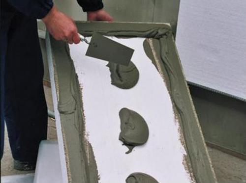 Нанесение ляпухов на лист пенопласта