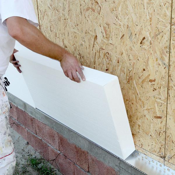 клей наносится на стену и устанавливаются пенополистирол