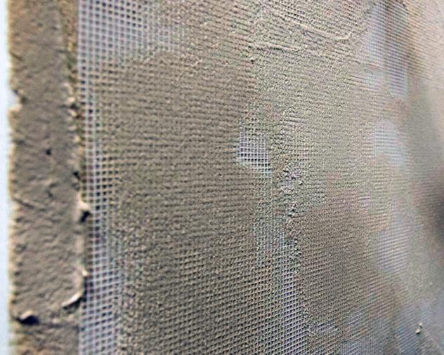 на сетку наносится штукатурный слой