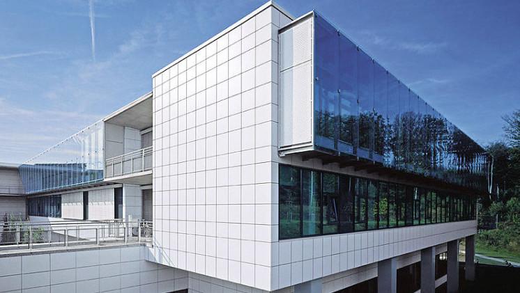 Комбинирование фасада из композитных панелей с витражной системой
