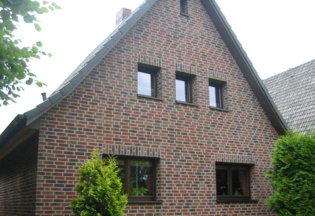 Клинкерный кирпич применяется как материал для облицовки стен а так же в качестве отделочного материала в технологи вентилируемого фасада