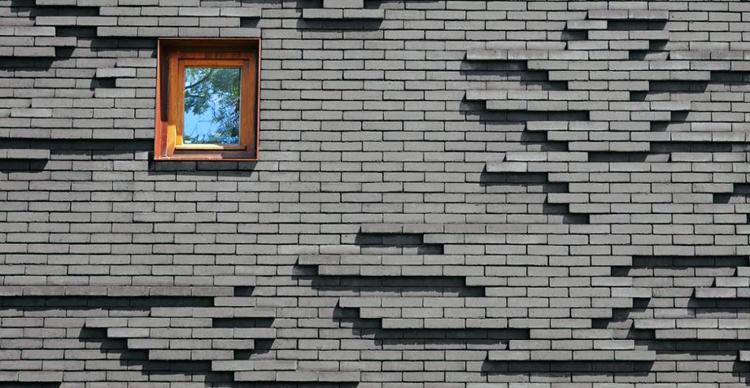 Отделка фасада кирпичом на разных уровнях позволяет создать очень интересный экстерьер
