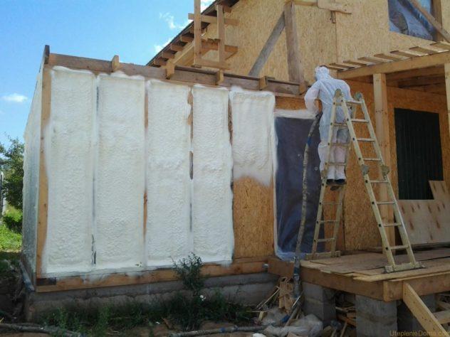 Напыление пенополиуретана на стену каркасного строения