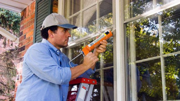 Заполнение щелей вдоль окна при помощи герметика