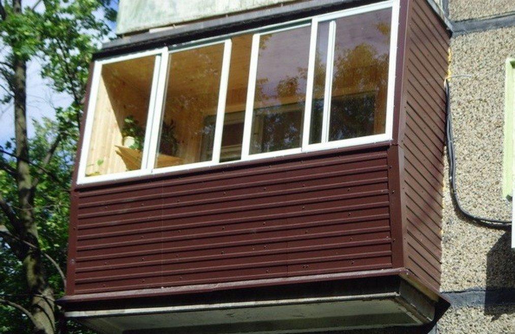 Балкон отделанный виниловым сайдингом и раздвижным остеклением