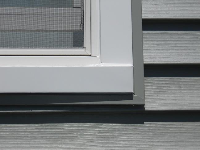 сочетание винилового сайдинга и пластикового наличника на фасаде