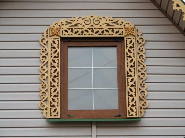 Окно на фасаде из сайдинга с красивым вариантом наличника