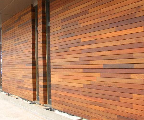 Вертикально расположение планкена на фасаде