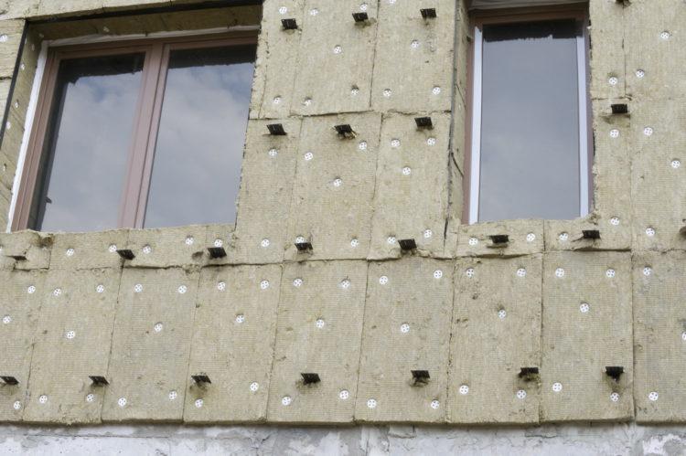 нанизывание утеплителя на фасадные кронштейны